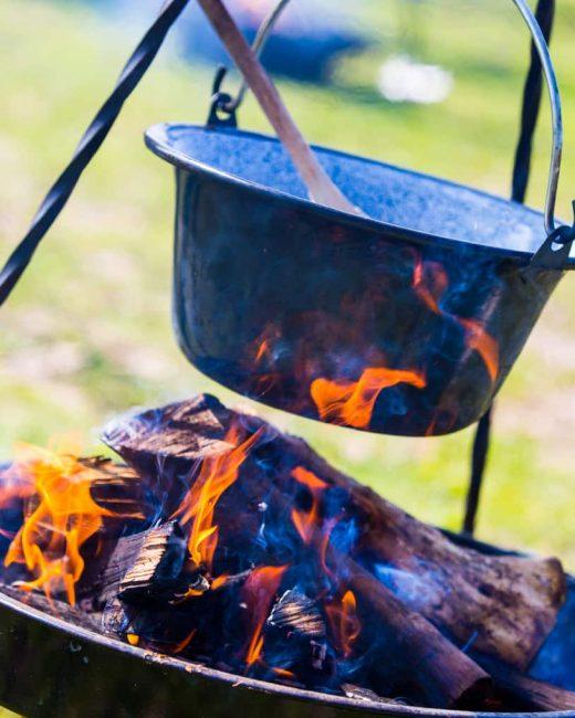 koken op kampvuur, ketel